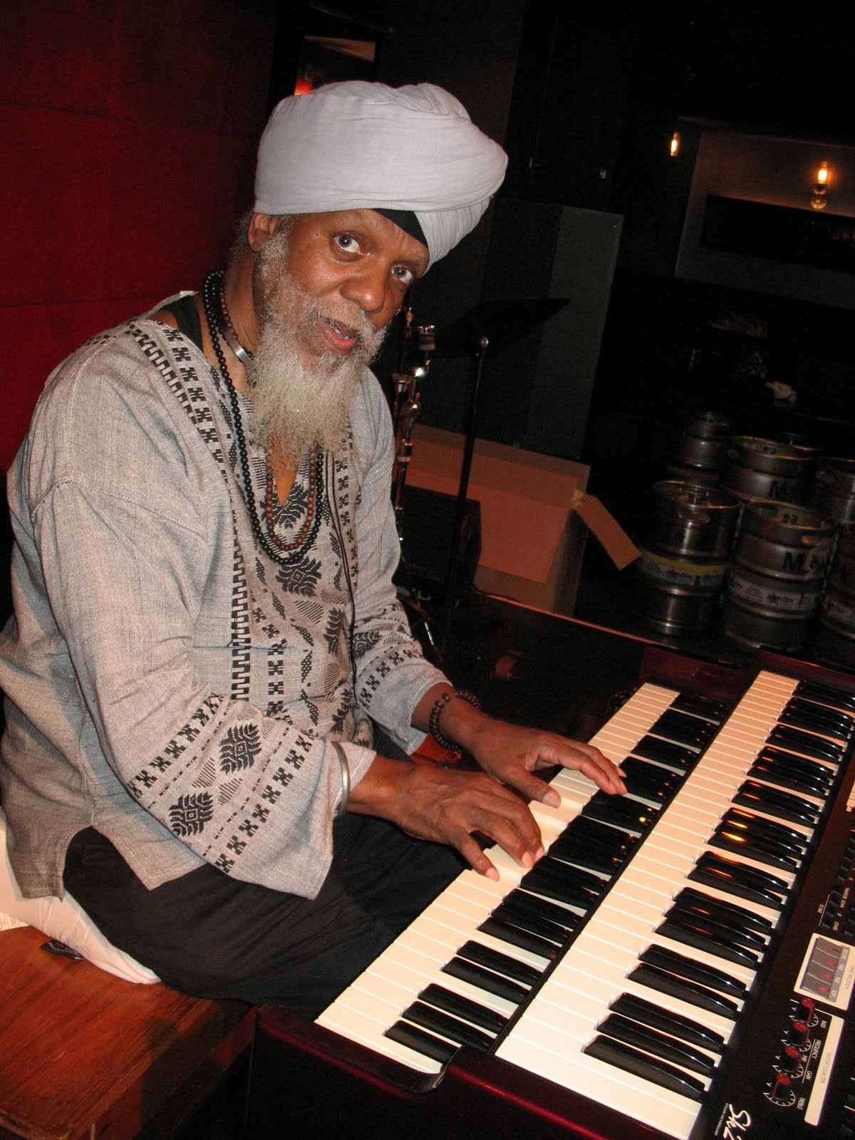 Photos of Dr. Lonnie Smith Playing New Hammond Sk2 Organ Keyboard by